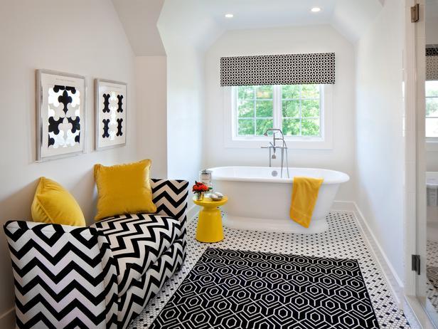 חדר רחצה תזזיתי עם כמה גיאומטריות בשחור ולבן ואביזרים צהובים