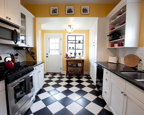 מטבח בשחור ולבן עם קיר צהוב מרגיע
