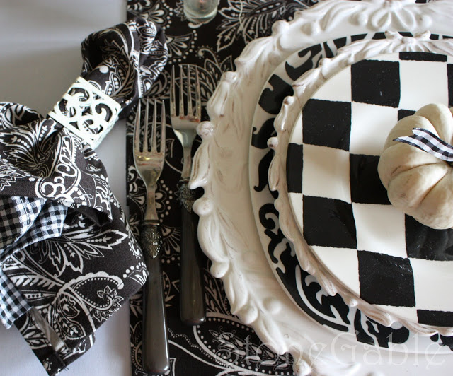 כלי בית בשילוב טקסטורות של שחור ולבן