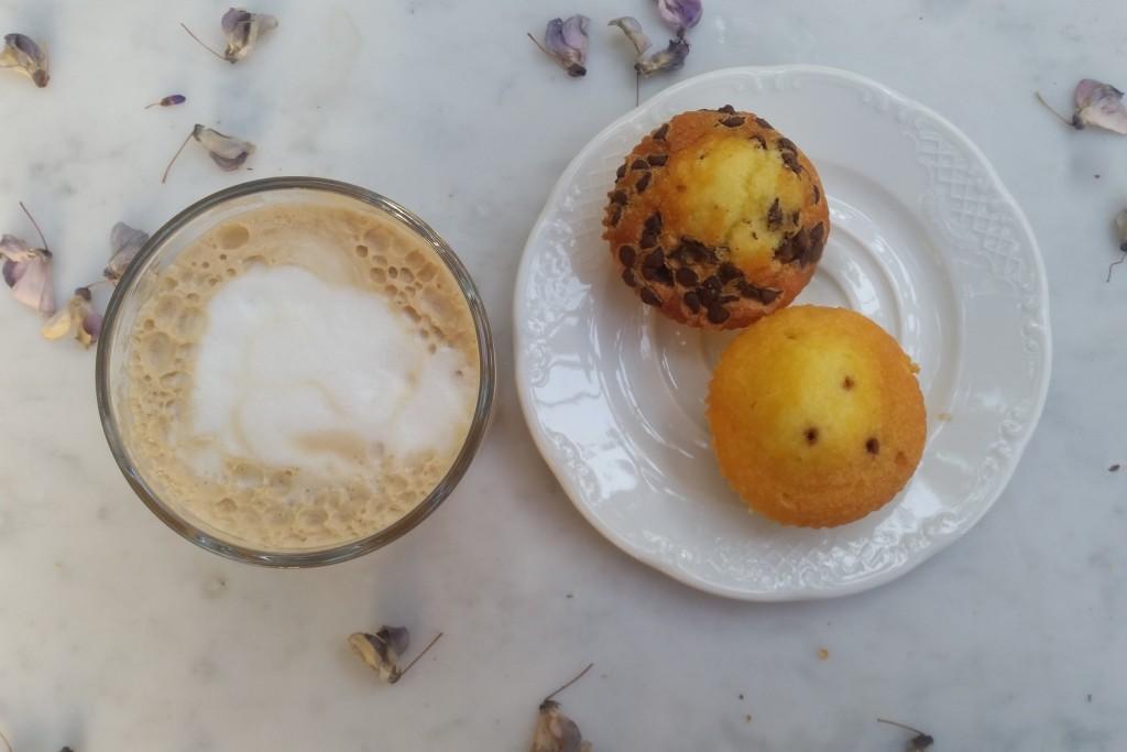 הויסטריה נושרת קלות ומנעימה לי את זמן הקפה